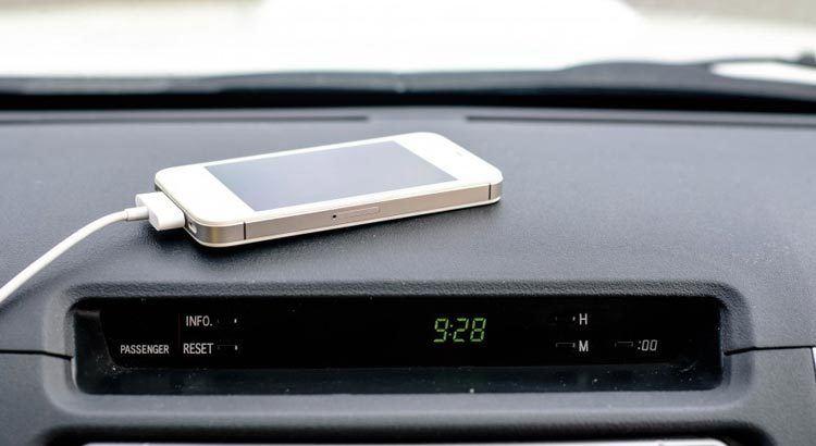 cargar celular en el auto
