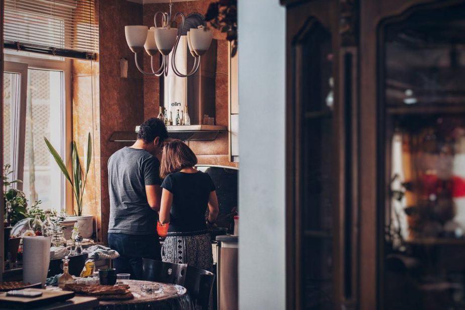 Hacer el desayuno juntos para aniversario de bodas