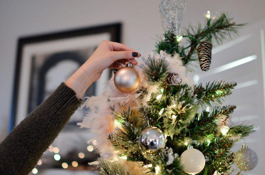 arbol decorado con bolas navideñas