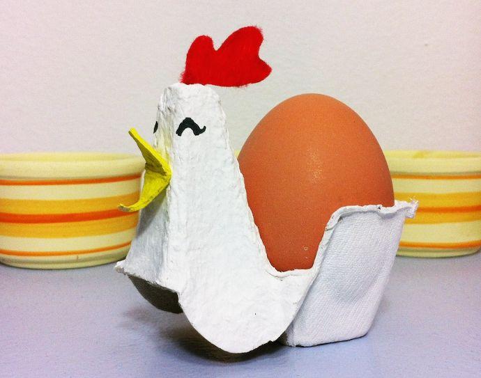 Gallina con cartón de huevo