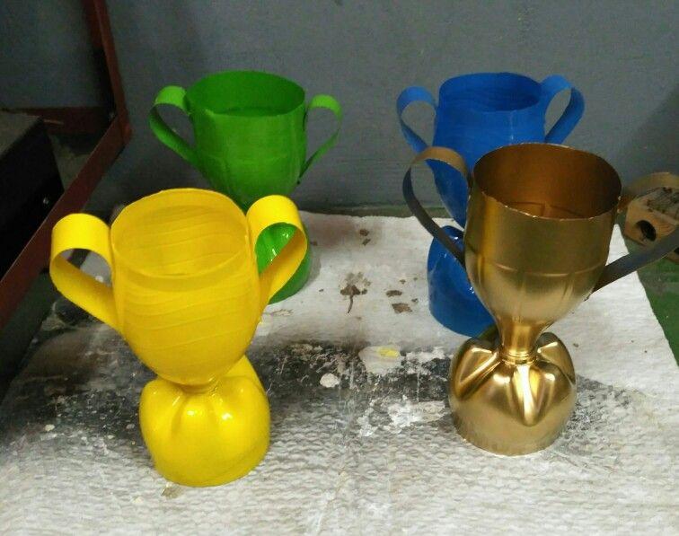 trofeos con botellas de plastico